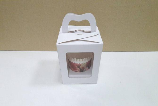 กล่องคัพเค้ก 1 ชิ้น หูหิ้วแบบหน้าต่าง 2 ด้าน สีขาว 9x9x10ซม.กล่องคัพเค้กพร้อมฐานรองคัพเค้ก (ช่องใส่คัพเค้กกว้าง 6.4ซม.) 20ใบ/แพ็ค