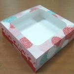 กล่องบราวนี่ กล่องชิฟฟ่อน กล่องเค้กครึ่งปอนด์ กล่องทาร์ตไข่ กล่องขนมเปี๊ยะ กล่องพาย กล่องช็อกโกแลต ลายเยอบีร่าฟลาวเวอร์ กว้าง 20.0 x ยาว 20.0 x สูง 5.0 ซม.
