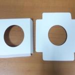 ฐานใส่คัพเค้กขนาด 1 ช่อง เส้นผ่านศูนย์กลาง 5.5 ซม.(ใช้กับถ้วยคัพเค้กขนาดมาตรฐาน 5 ซม.) ขนาดกว้าง 8.7 X ยาว 8.7 ซม.