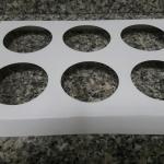 ฐานใส่คัพเค้กขนาด 6 ช่อง เส้นผ่านศูนย์กลาง 5.5 ซม.(ใช้กับถ้วยคัพเค้กขนาดมาตรฐาน 5 ซม.) ขนาด 22.0 X 15.7 ซม.