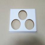 ฐานใส่คัพเค้กขนาด 3 ช่อง เส้นผ่านศูนย์กลาง 6.4 ซม.(ใช้กับถ้วยคัพเค้กขนาดมาตรฐาน 6 ซม.) ขนาดกว้าง 17.8 X ยาว 13.8 ซม.
