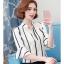 Preorder เสื้อทำงาน สีขาว คอจีน แขนแต่งระบาย พิมพ์ลายทางเพรียวสวย เนื้อผ้าระบายอากาศได้ดี thumbnail 2