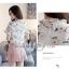 Preorder เสื้อทำงาน สีขาว คอตั้งแต่งระบายคอและช่วงแขนน่ารัก พิมพ์ลายดอกไม้สวยหวาน เรียบร้อยมากค่ะ thumbnail 5