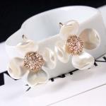 พร้อมส่ง ต่างหู รูปดอกไม้ สีขาวมุก ดีไซน์สวยหวาน โลหะสีทอง เกสรประดับเพชร CZ