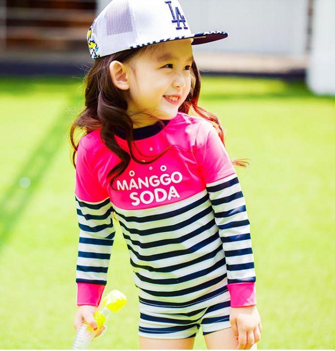 ชุดว่ายน้ำเด็กหญิง เสื้อแขนยาวสีชมพู ลายทางน้ำเงิน-ขาว กางเกงขาสั้น ลาย Manggo Soda