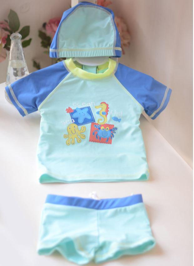 ชุดว่ายน้ำเด็กเล็กผู้ชายลาย Ocean เสื้อแขนสั้น กางเกงขาสั้นมีเชือกผูกปรับเอวได้ พร้อมหมวก