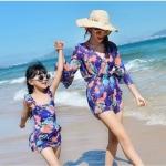 ชุดว่ายน้ำคุณแม่สีน้ำเงิน ลายดอกไม้ 1 ชุด มี 3 ชิ้น เสื้อ+กางเกง+ชุดสวมคลุม (มีคู่ แม่-ลูก ด้วยค่ะ จะซื้อคู่ หรือซื้อเดี่ยว ก็ได้ค่ะ)