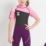 ชุดว่ายน้ำเด็กควบคุมอุณหภูมิ เป็นชุด wetsuit เหมาะกับการใส่ว่ายน้ำหรือดำน้ำ ผลิตจากผ้า Neoprene หนา 2.5 mm. ป้องกันความหนาว / ป้องกันแสงแดด UPF 50+
