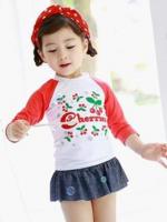 ชุดว่ายน้ำเด็กผู้หญิง ลายเชอรี่สีแดง Cherries แขนสามส่วน กระโปรงกางเกงลายยีนส์ ไม่มีหมวก